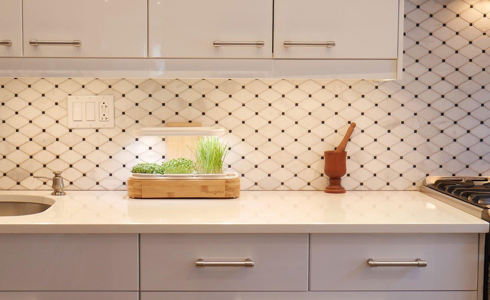 Image du novagrow comptoir 1 étage déposé contre le mur d'une jolie cuisine