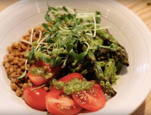 Bol gourmand: fenugrec, lentilles marinées, tomates cerises, asperges grillées, pesto