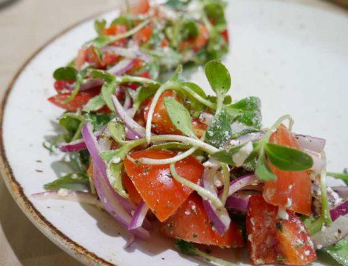 Salade grecque avec pousses de bourrache