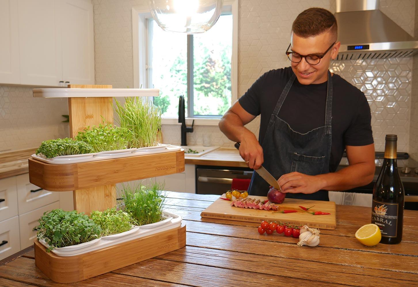 Cuisiner preparant une recette avec des pousses récoltées de son jardin novagrow